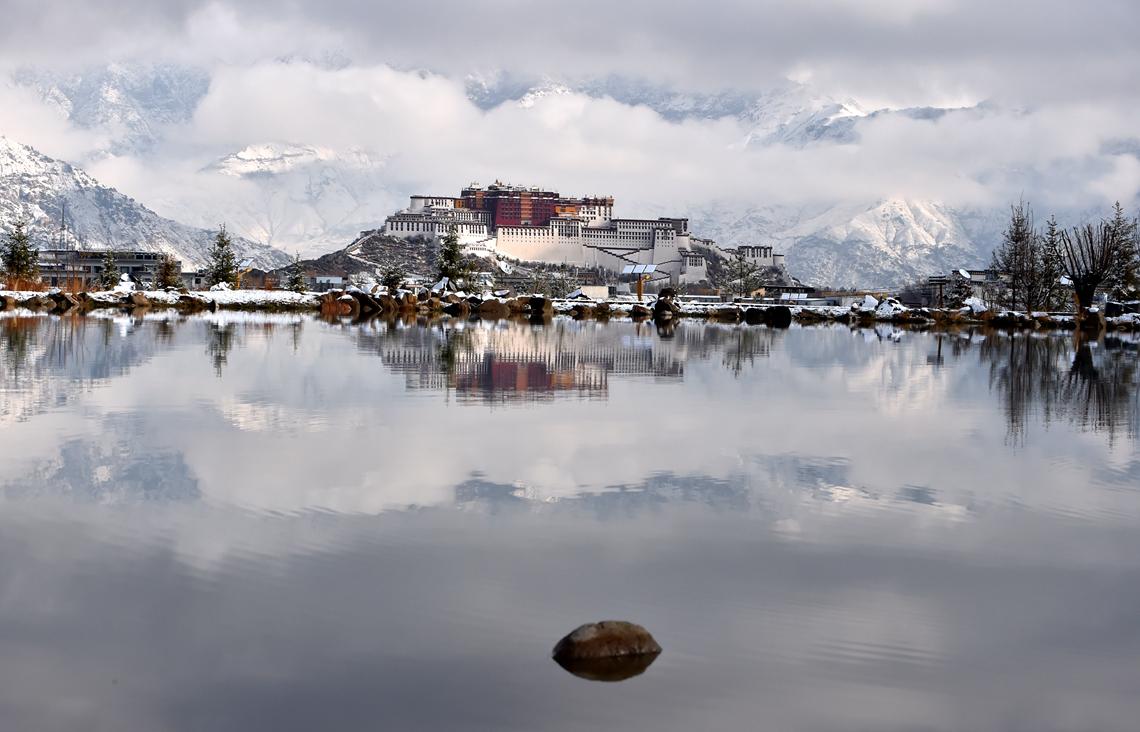 这是3月30日拍摄的雪后的西藏拉萨布达拉宫.