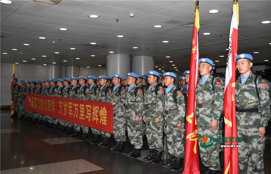 参加第十九批赴利比里亚维和任务的官兵到达机场。