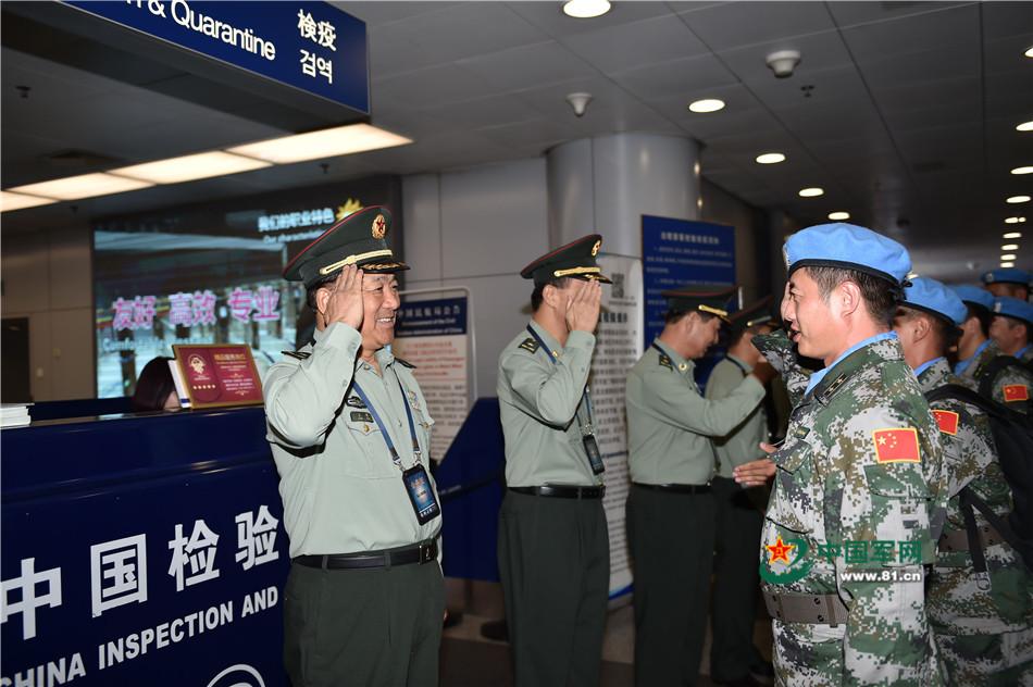 相关领导向参加第十九批赴利比里亚维和任务的官兵敬礼。