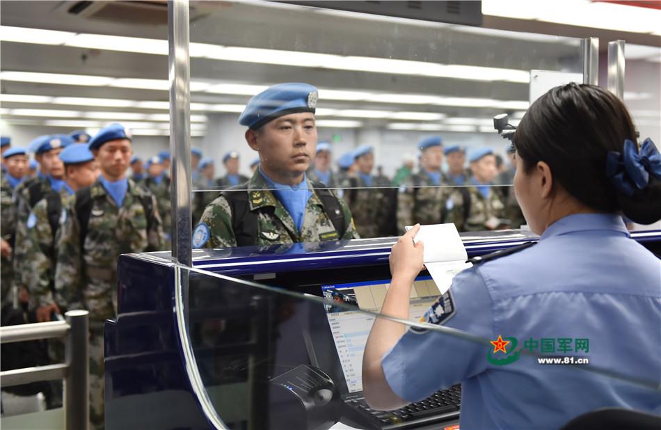 参加第十九批赴利比里亚维和任务的官兵排队安检。